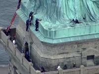 Generan cargos contra la mujer que escalo la estatua de la libertad