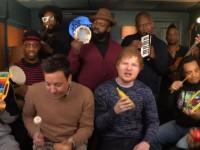 Ed Sheeran interpretó 'Shape of You' con instrumentos de juguete junto a Fallon y The Roots