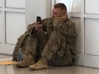La conmovedora foto de un soldado que vio nacer a su hija por videollamada