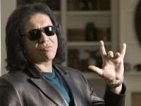 """Gene Simmons afirma que inventó la """"mano cornuda"""" y quiere registrarla"""